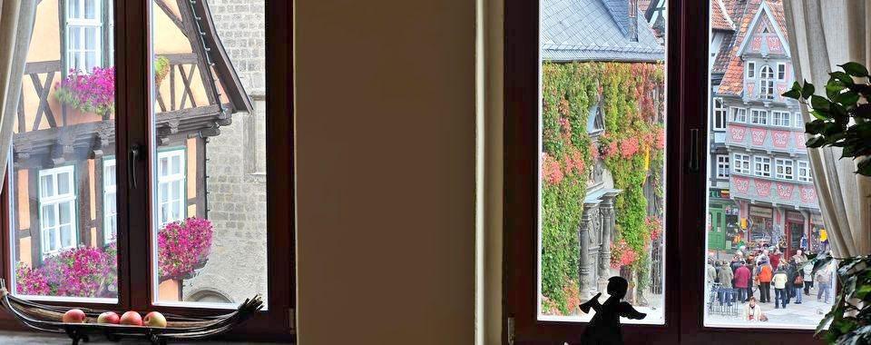 Blick aus dem Fenster der Ferienwohnung auf das Rathaus von Quedlinburg